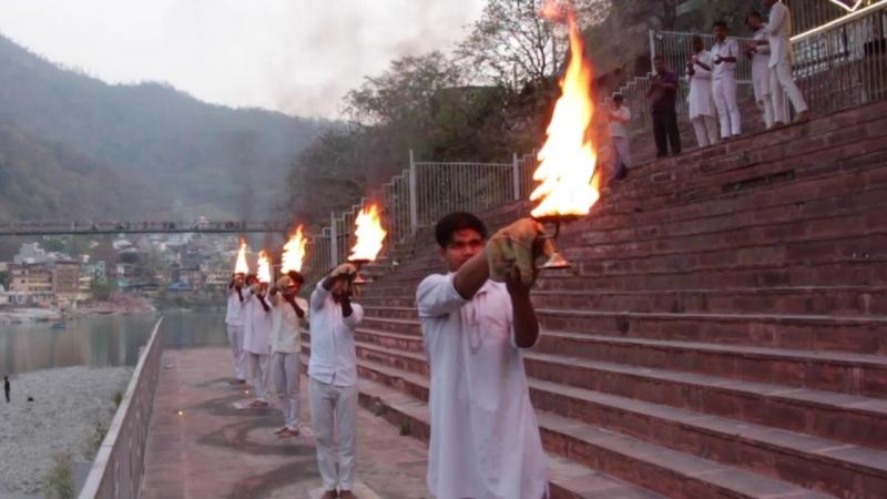 Церемония Арти или Вечерняя пуджа в г. Ришикеш, Индия