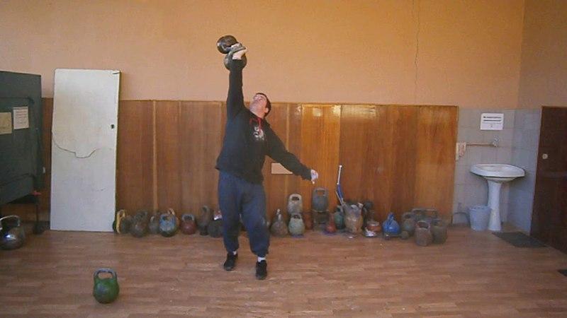 Фрагмент тренировки рывок гирь 32 24 кг с доп махом