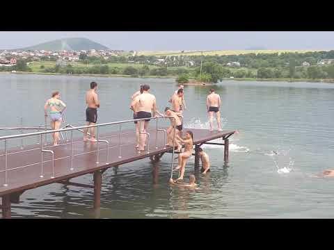 Молодёжь прыгает в воду на Новопятигорском озере