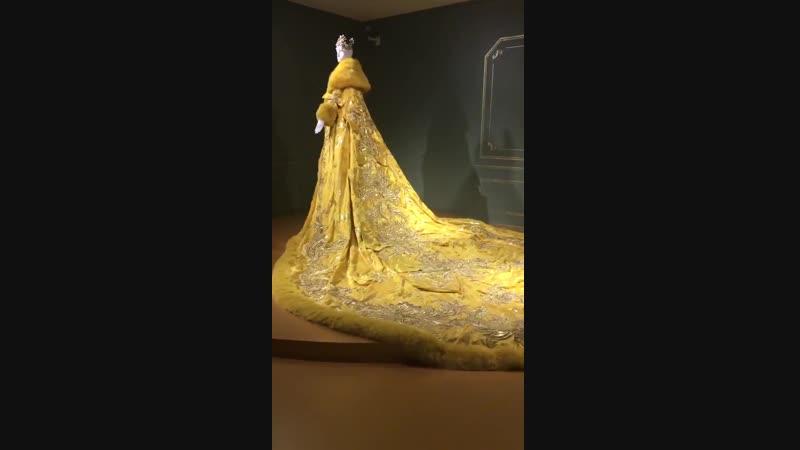 Платье Рианны на Met Gala от Guo Pei в Vancouver Art Gallery (2018)