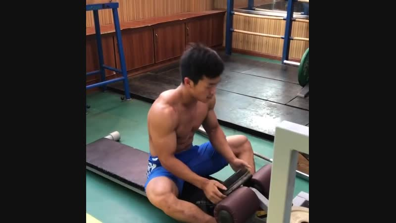 61kg Qin Yanglin from Wuhan training abs. Check out his muscle density.