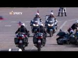 Motociclistas chocan y caen frente a Macron en desfile nacional francés