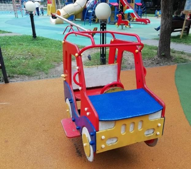 Игровые элементы привели в порядок на детской площадке в Лианозовском парке