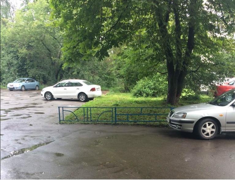 Ограждения газонов отремонтировали во дворе на Петрозаводской