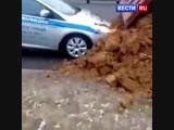 Попали под раздачу: КамАЗ засыпал песком машину патрульной службы