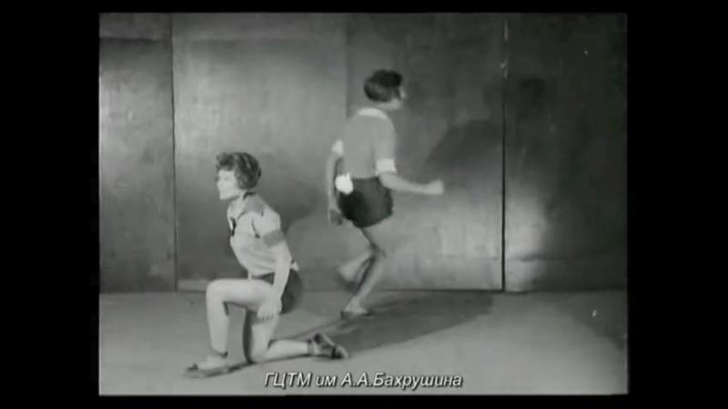 Толчок ногой в плечо коленопреклоненной фигуры