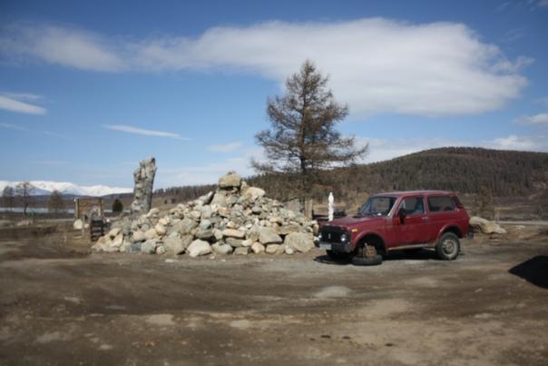 Заехали к местному путешественнику, который устроил из своего жилища музей. Просит привозить к нему камни, чтобы пополнять гору.