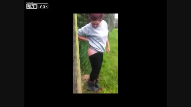 Девушка и забор под напряжением (смотреть до конца)