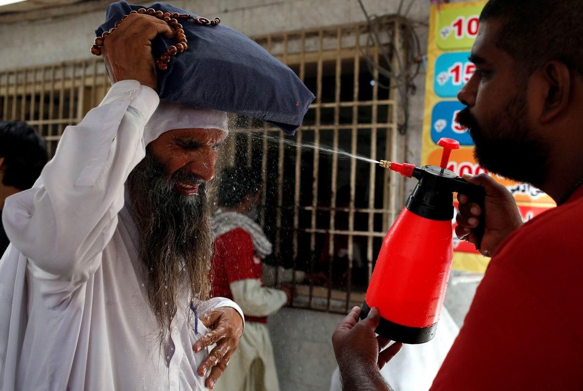 А у нас сейчас жара: Живительное обливание на улицах пакистанского Карачи