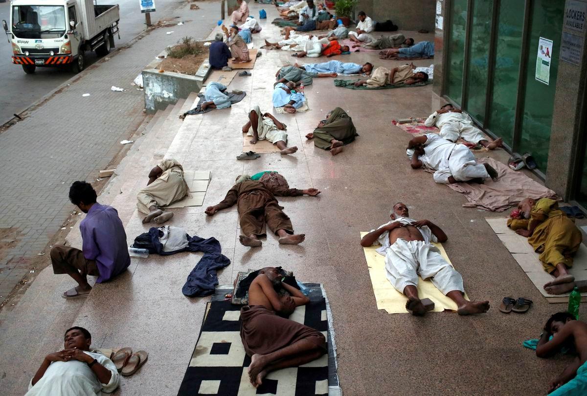 Кто работал, кто устал - час обеденный настал: Полуденный отдых на улицах пакистанского Карачи