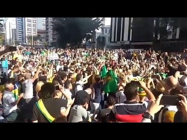 O povo se ajoelha em plena Paulista pra orar por Bolsonaro