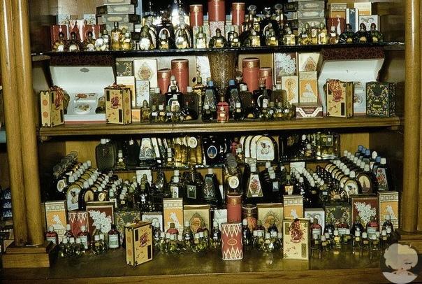 Такие витрины были ровно 60 лет назад в московских магазинах. Снимки сделаны американским фотографом Харрисоном Форманом в 1959