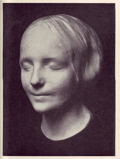 НЕЗНАКОМКА ИЗ СЕНЫ Легенда гласит, что примерно в 1880 году на берегу Сены был найден труп красивой молодой девушки (для особенной драматичности ее возраст был оценен в 16 лет). На теле