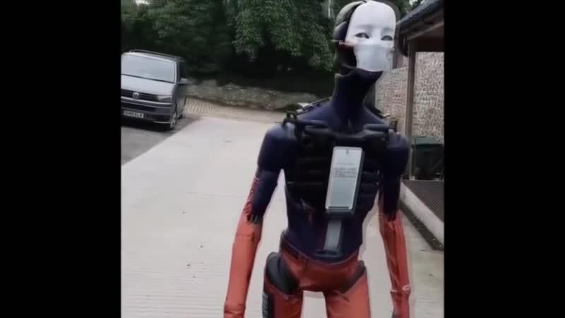 Будущее наступило: человекоподобный робот гуляет по улице