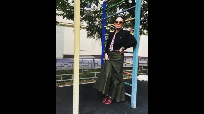 На Алёне длинная джинсовая юбка,блузка с леопардовым принтом, винтажная джинсовка и лоферы на каблуке charlesjourdan - всё хюг