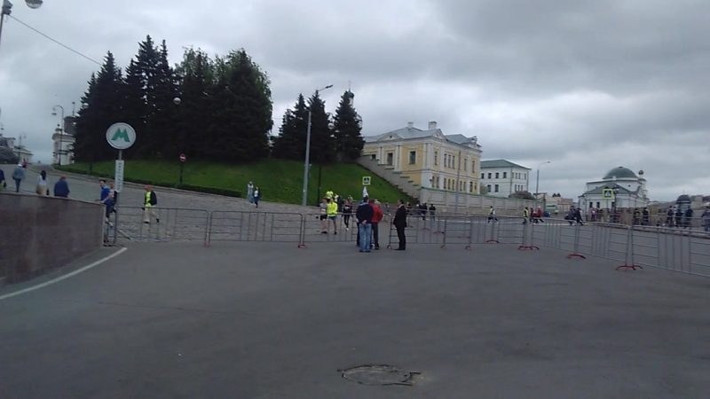 Министр образования Татарстана объясняет ЧОПовцам, что их занятие бессмысленно.