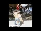 Agression raciste dun homme blanc par un homme dorigine africaine. - On remarque que la victime refuse de se défendre