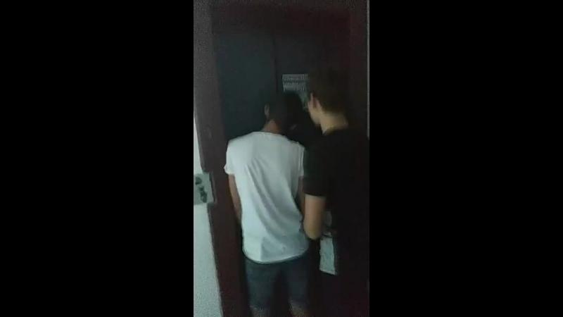 раф застрял в лифте