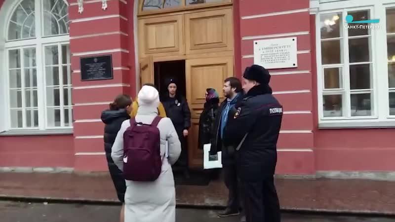 В Петербурге эвакуируют здание Двенадцати коллегий