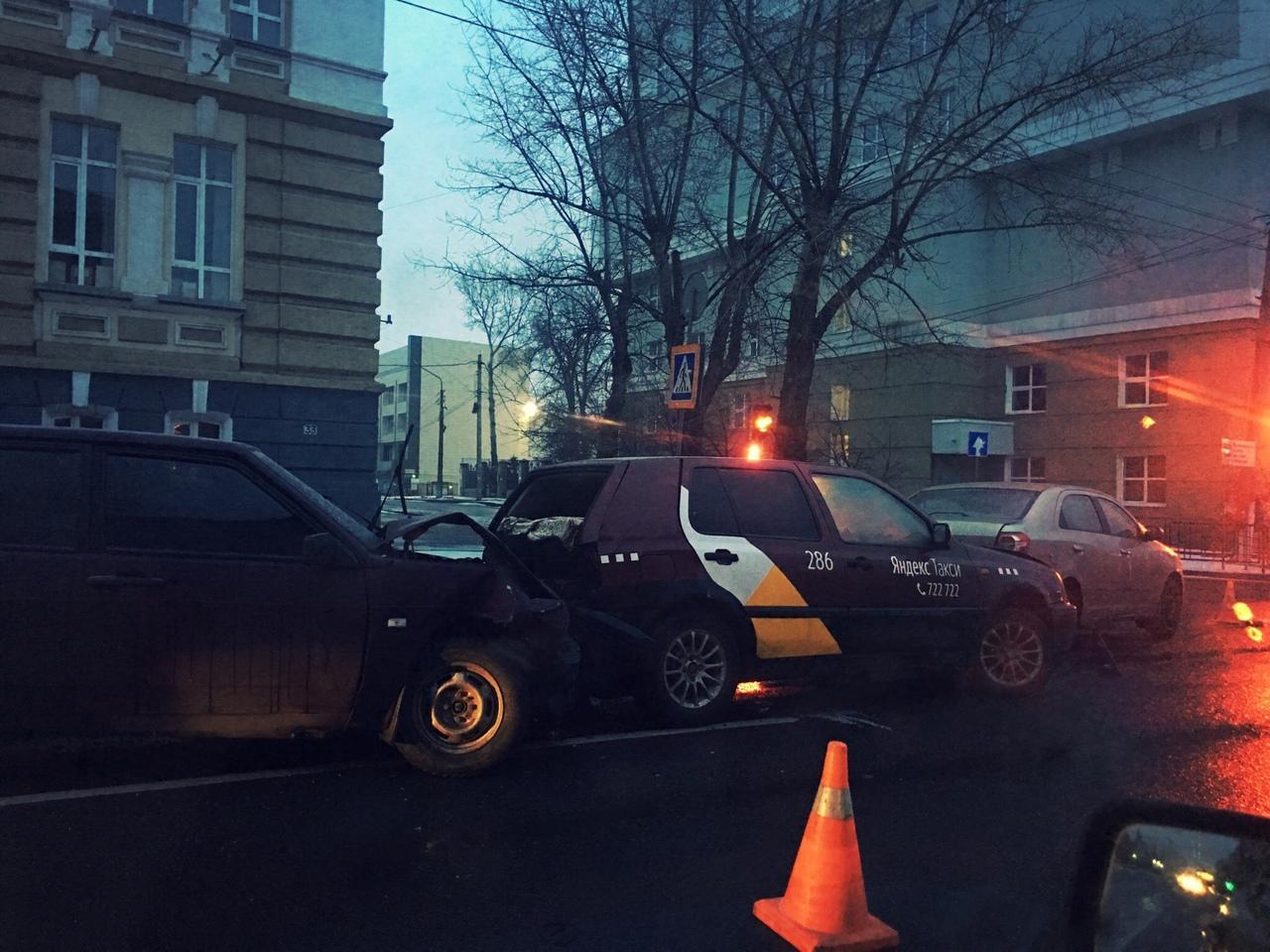 """В центре Курска подросток на """"девятке"""" учился ездить - трое пострадавших"""