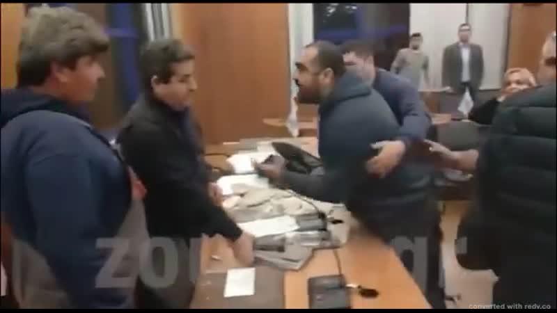 В Греции мужик устроил бунд на совете чиновников из за того что власти ничего не делают с потолками которые осыпаются на детей