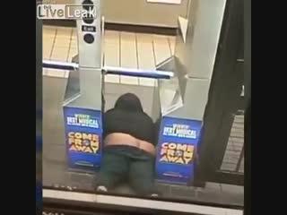 Парень просто хотел бесплатно проехать в метро