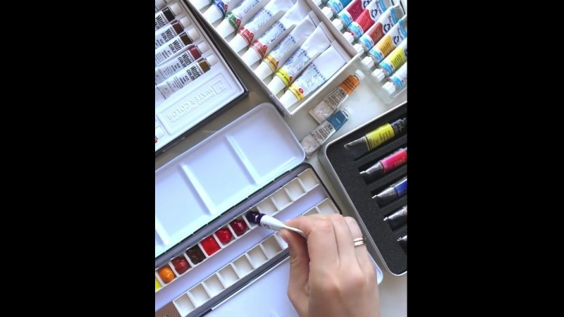 A small video of arranging my palette - you can see my supplies🙈 I guess it's never enough of new good watercolor paints!😛🎨🖌 ⠀⠀