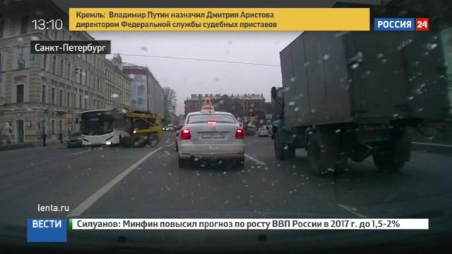 Новости на Россия 24 • Взбесившийся мини-погрузчик станцевал у Мариинки в Петербурге. Видео