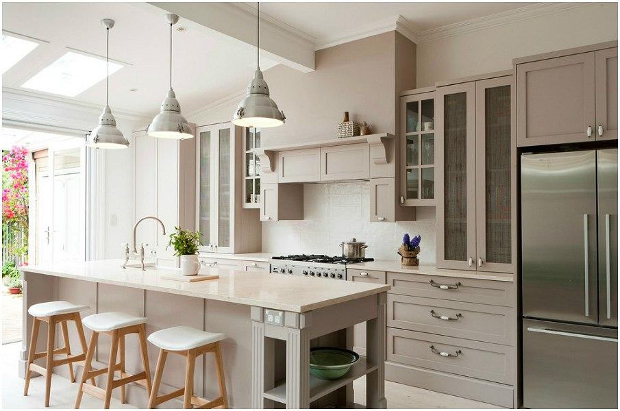 Классический кухонный гарнитур бежевого цвета