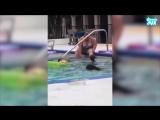 #видео а/о - Женщина бреет ноги в бассейне с детьми