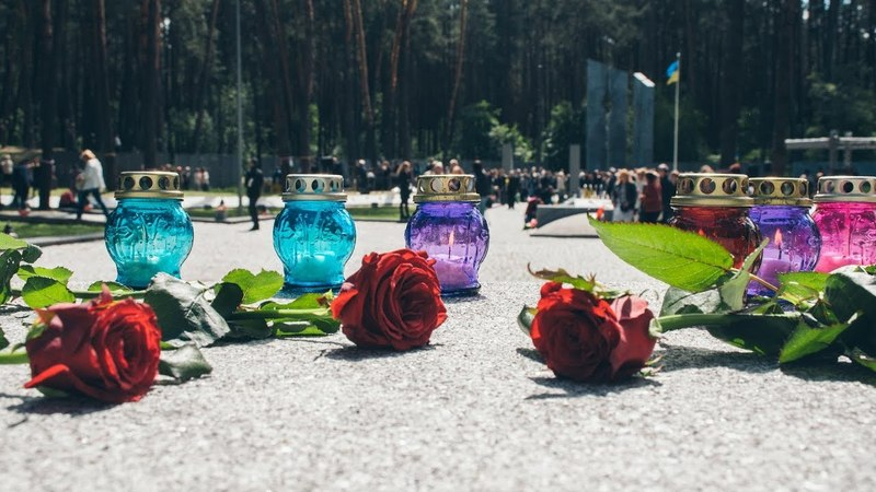 В Киеве Порошенко с женой, Кличко и другие чиновники почтили память жертв политических репрессий