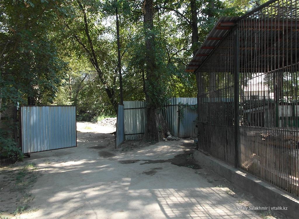 Ворота внутри зоопарка Алматы