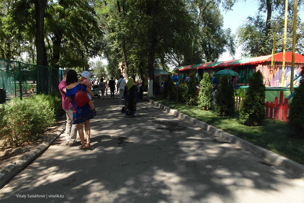 Улочка алматинского зоопарка 2018