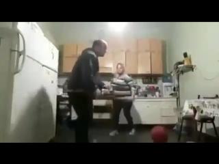 Мужик решил поиграть мячом на кухне. Видео прикол