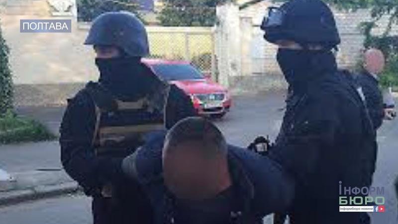 Затримали на гарячому: у Полтаві троє молодиків грабували людей посеред вулиці