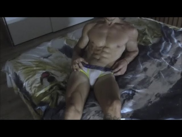 Muscle Stud Dylon Flexing His Shredded Beach Body in Bed(Мускулистый студент Дилон напрягает выпуклое пляжное тело в постели) ПареньПарниblueblueberryhotboyboysgaysexyguy