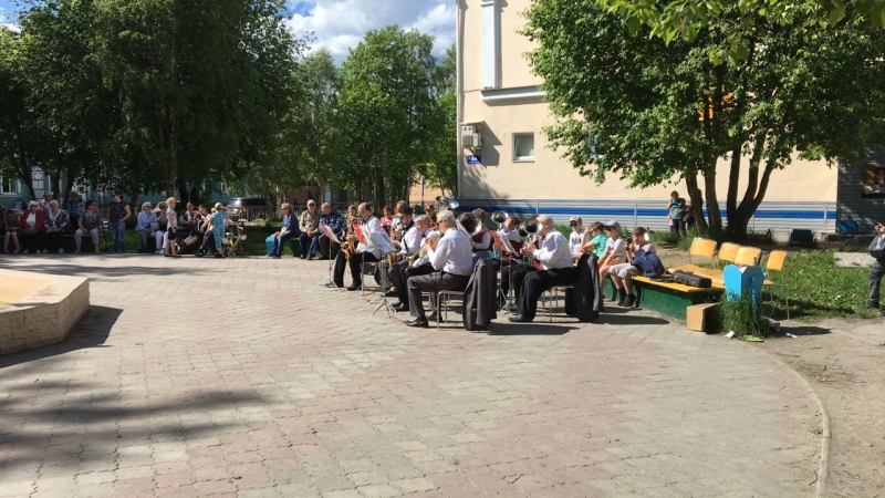 Духовой оркестр возле фонтана