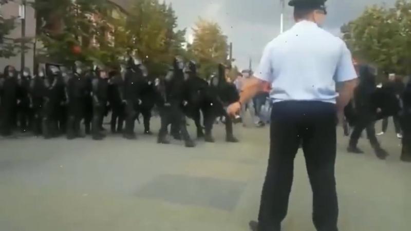 В Челябинске ОМОН отказался разгонять протестующих граждан.mp4