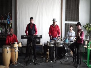 Demo de ensayos para  festival en  tyumen compartiendo culturas músicos rusos y cubanos grupo camisa negra y dos imbitados