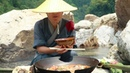 一個住在山里的人,用水煮中國的特色火鍋A man living in the mountains, boiled Chinese special hot pot with water