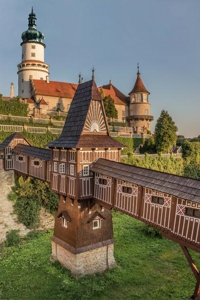 Пряничный домик. P. S. На самом деле это крытый мост в замке XVI века Нове-Место-над-Метуйи. Он стоит в одноименном городе в Чехии. Это одно из наиболее хорошо сохранившихся средневековых