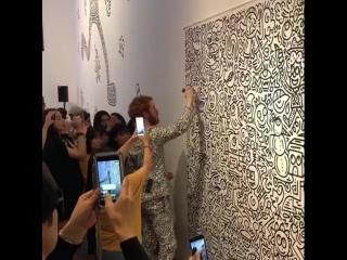 Художник нарисовал свой костюм на стене