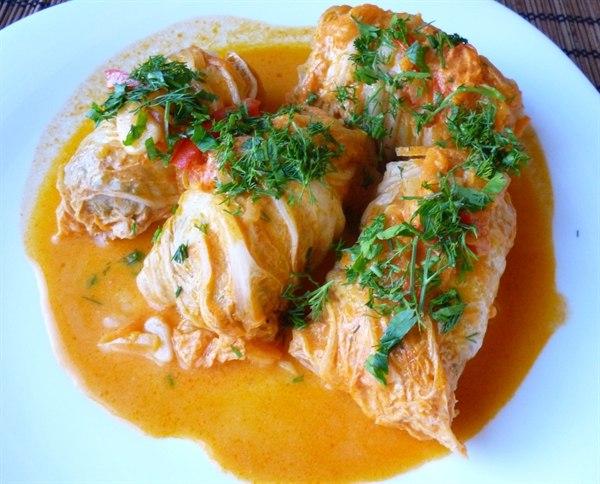 голубцы из пекинской капусты ингредиентыпекинская капуста: 8 листов;грудка индейки или курицы: 300 грамм;шампиньоны: 5 шт;помидоры: 1 шт;зелень: по вкусу;творог зерненый - 2 ст.л;паста томатная: 2 ст.л;чеснок: 3 зубчика;соль: по вкусу;черный молотый