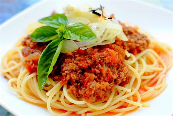 соус болоньезе с копченой грудинкой и травами рагу болонье́зе (итал. ragù alla bolognese, фр. sauce bolognaise) — мясной соус для итальянской пасты родом из болоньи. традиционно готовится жителями болоньи со свежими тальятелле (итал. tagliatelle