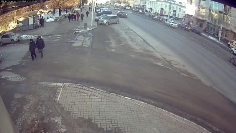 Пересечение пешеходника на жёлтый и игра в 'шашечки' привели к аварии на Театрал_Full-HD.mp4