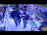 Нападение неадекватного мужчины на случайную покупательницу попало на видео