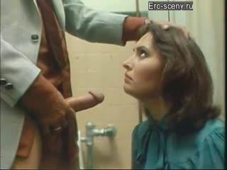 devushku-zastavili-otsosat-v-tualete-filmi-russkom