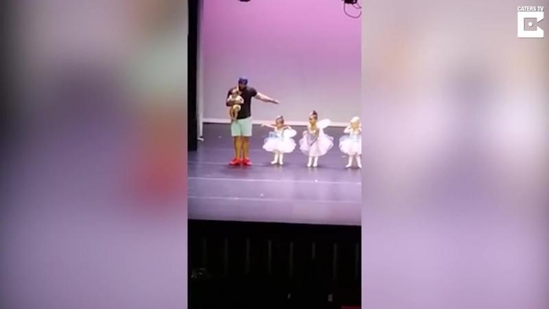 Папе удалось не только успокоить на сцене свою дочь но и сорвать аплодисменты за свою грацию и пластику