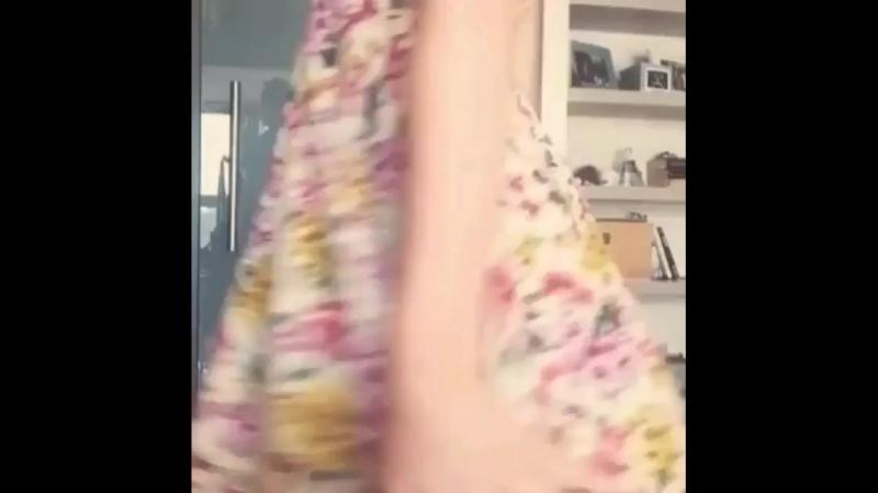 Засвет показала голую попу жопу орех зад сняла без трусов подсмотрено под юбку в туалете подгядел скрытая камера поднял задрал