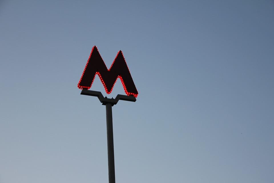 Над входами станции метро «Бибирево» установят навесы «Огни города»